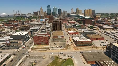 Észak amerika : Aerial view flying in towards downtown Kansas City Missouri over streets and buildings