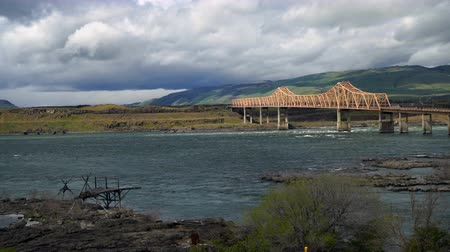 オレゴン州 : Columbia River Flows Under The Dalles Bridge Oregon State