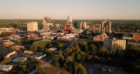 архитектурный : The Buildings Landscape and Downtown City Sklyine Winston Salem North Carolina Aerial View Стоковые видеозаписи