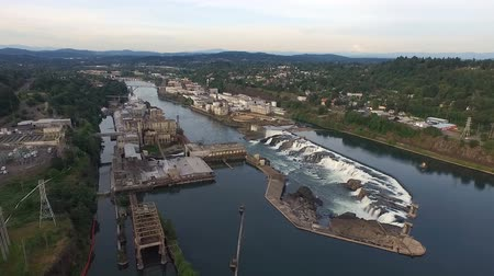 Over Oregon City Spillway on the Willamette River Stok Video