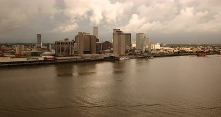 bourbon whisky : New Orleans Aerial Over the Mississippi River into the Downtown Waterfront Stock mozgókép