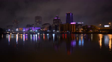 川岸 : The Rochester New York city skyline is reflected in the smooth water after sunset