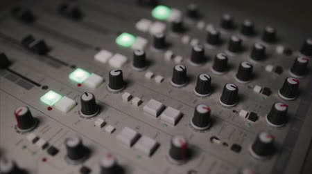 ladění : Mixing console also called audio mixer, sound board, mixing deck or mixer is an electronic device Dostupné videozáznamy