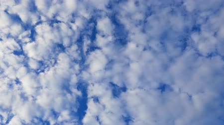 altocumulus : A time lapse video showing the motion and transformation of the alto-cumulus clouds.