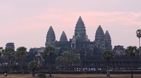 кхмерский : Angkor Wat, part of Khmer temple complex, popular among tourists ancient lanmark and place of worship in Southeast Asia. Siem Reap, Cambodia.