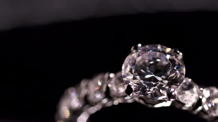 excelência : Engagement diamond ring rotating on black background, macro with shallow DoF