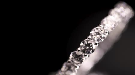 faceta : Engagement diamond ring rotating on black background, macro with shallow DoF