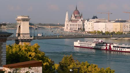 parlamento : Budapest Parliament. City skyline and Danube river, Hungary