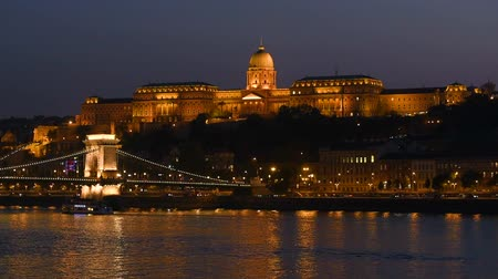 budapeszt : Night view of Buda part of Budapest, Hungary. Buda Castle, Royal Palace and Chain bridge over Danube. Wideo