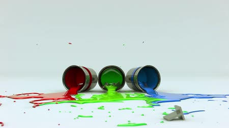 inspiração : INSPIRATION text is dropped into 3 cans of Red, Green and Blue paint which tip over and splash on the floor.