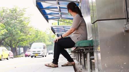 higiênico : Stressed asian woman with medical face mask in city street,epidemic viruses,spread of germ,Coronavirus,MERS-CoV,air contamination,Wuhan coronavirus 2019-nCoV,concept of Coronavirus quarantine Vídeos