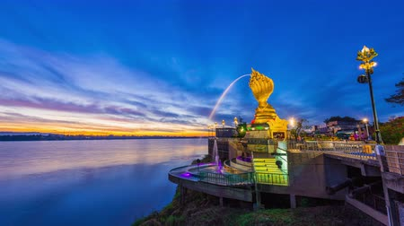 hét : Time lapse 4k,Yard serpent spits water on the Mekong River in Nakhon Phanom with sunrise.