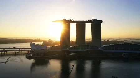 kasyno : Morning sun shines through the building at the Marina Bay Sands Wideo