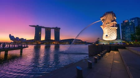 mytický : Time lapse of Merlion fountain and Marina Bay on morning in Singapore. Merlion is a mythical creature with the head of a lion and the body of a fish and is a symbol of Singapore.