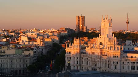 madryt : Alcala Street and The Cybele Palace on Plaza de Cibeles - Cibeles Square during sunset in Madrid, Spain Wideo
