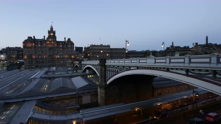 escocia : Vista 4K Timelapse de North Bridge al atardecer en Edimburgo, Escocia, Reino Unido Archivo de Video