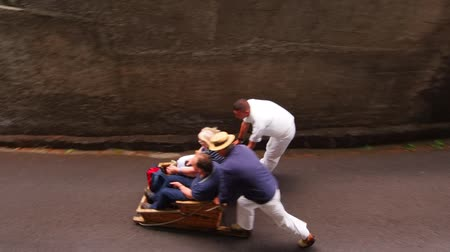 takımadalar : Carreiros - Wicker Toboggan Sled Ride from Monte to Funchal on Madeira, Portugal Stok Video