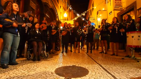 производительность : Unidentified people singing on the streets of the old town of Funchal, Madeira, Portugal