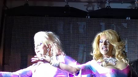 belgie : Drag queen twins performing at a gay bar or antwerp, 10 August, 2019, Antwerp, Belgium Dostupné videozáznamy