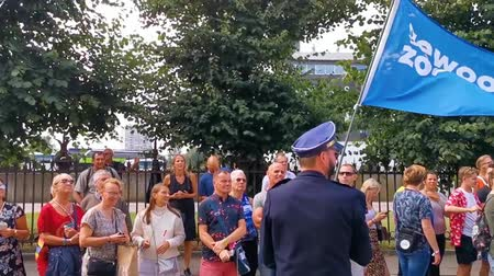vlaanderen : man in uniform en kilt zwaaien met een blauwe vlag met de tekst just kiss, vertaald just kiss, gay rights activism, LGBT pride parade antwerp, 10 augustus, 2019, Antwerpen, België