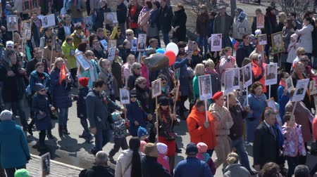 comemoração : PETROPAVLOVSK CITY, KAMCHATKA PENINSULA, RUSSIA - MAY 9, 2018: Immortal Regiment procession in Victory Day - people with photos of their relatives
