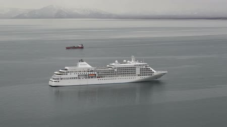 kotvící : AVACHA BAY, KAMCHATKA PENINSULA, RUSSIAN FAR EAST - 17 MAY, 2018: Cruise liner Silver Shadow (Silversea) anchored in year-round ice-free bay in Pacific Ocean. Seaport of Petropavlovsk-Kamchatsky City. Dostupné videozáznamy