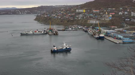 skalní útes : AVACHA BAY, PETROPAVLOVSK CITY, KAMCHATKA PENINSULA, RUSSIA - 17 MAY, 2018: Scenery cityscape - view on fishing ships in seaport of Petropavlovsk-Kamchatsky. Time lapse.