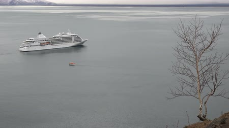 kotvící : AVACHA BAY, KAMCHATKA PENINSULA, RUSSIAN FAR EAST - 17 MAY, 2018: Boat of cruise liner Silver Shadow (Silversea) transport passengers from seaport of Petropavlovsk City on cruise ship. Time lapse