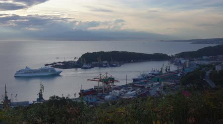 skalní útes : AVACHA BAY, KAMCHATKA PENINSULA, RUSSIA - 19 SEP, 2018: Evening view of Expedition Cruise Liner Silver Shadow (Silversea) sailing in Seaport of Petropavlovsk-Kamchatsky City on shore of Pacific Ocean.