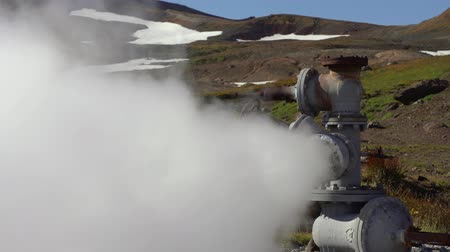 refrigeração : Emission of mineral, thermal, steam, geothermal, steam, geothermal, geothermal, geothermal, power plant on a slope of active Mutnovsky Volcano. Russian Far East, Kamchatka Peninsula. Vídeos