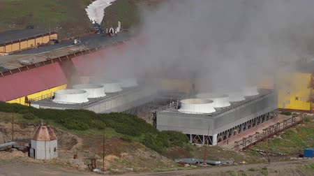 refrigeração : KAMCHATKA PENINSULA, RUSSIAN FAR EAST - SEPTEMBER 12, 2018: Autumn top view on Mutnovskaya Geothermal Power Plant using geothermal energy to produce electricity; smoking clouds of steam from pipes. Vídeos