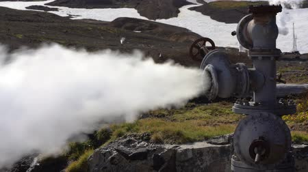 refrigeração : Emission of mineral thermal steam-water mixture from geological well in geothermal deposit area, geothermal power plant on slope of active Mutnovsky Volcano. Russian Far East, Kamchatka Peninsula.