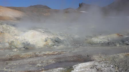 гейзер : Stunning volcano landscape of Kamchatka: aggressive natural hot springs source, vapor, fumes surrounded by fumaroles. Geothermal field active volcano: travel destinations to observe volcanic activity