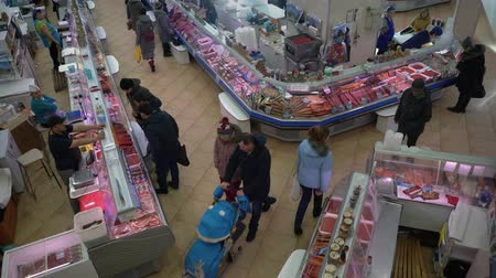 kaviár : PETROPAVLOVSK KAMCHATSKY CITY, KAMCHATKA PENINSULA, RUSSIAN FAR EAST - 30 NOV, 2018: Top view of fish shop trading department, people buying seafood and fish at popular central town fish market.