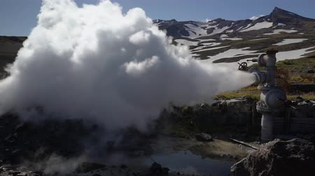 refrigeração : Emission of natural mineral thermal water, steam (steam-water mixture) from geological well in geothermal deposit area, geothermal power plant on slope of active Mutnovsky Volcano. Kamchatka Peninsula