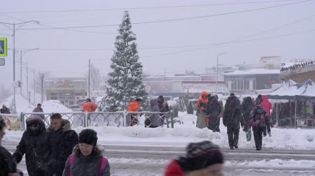 сугроб : KAMCHATKA PENINSULA, RUSSIAN FAR EAST - DECEMBER 26, 2018: Pedestrian crossing during snowstorm in Petropavlovsk-Kamchatsky City.
