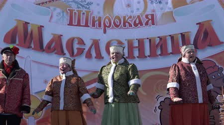 ação : YELIZOVO CITY, KAMCHATKA PENINSULA, RUSSIA - MARCH 10, 2019: Public concert Ensemble of Russian Folk Song Gorlitsa. Maslenitsa - religious, folk holiday, celebrated during last week before Great Lent.
