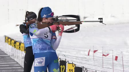 posição : Sportswoman biathlete aiming, rifle shooting in standing position. Khanty-Mansiysk biathlete Khairulina Elena in shooting range. Junior biathlon competitions East Cup. Kamchatka, Russia - Apr 13, 2019