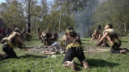 chaman : Group Itelmens people dancing ritual dance near fire and scream in traditional clothing aboriginal. Itelmens national ritual festival thanksgiving nature Alhalalalay. Kamchatka, Russia - Sep 14, 2019 Archivo de Video