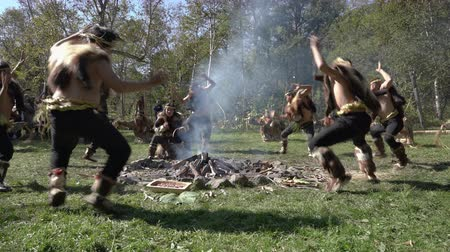 uzak : Group Itelmens people dancing ritual dance near fire and scream in traditional clothing indigenous. Itelmens national ritual festival thanksgiving nature Alhalalalay. Kamchatka, Russia - Sep 14, 2019 Stok Video