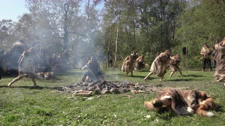 ритуал : Group Itelmens people dancing ritual dance near fire and scream in traditional clothing indigenous. Itelmens national ritual festival thanksgiving nature Alhalalalay. Kamchatka, Russia - Sep 14, 2019 Стоковые видеозаписи