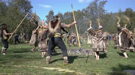 культурный : Group Itelmens people dancing ritual dance near fire and scream in traditional clothing aboriginal. Itelmens national ritual festival thanksgiving nature Alhalalalay. Kamchatka, Russia - Sep 14, 2019 Стоковые видеозаписи