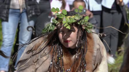 domorodý : Young woman expression dancing in traditional clothing of aboriginal people Kamchatka. Itelmens national ritual festival thanksgiving nature Alhalalalay. Kamchatka Peninsula, Russia - Sep 14, 2019 Dostupné videozáznamy