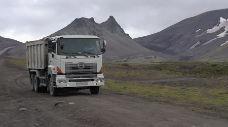 wysypisko śmieci : HINO-700 Japanese dump truck Hino Motors Ltd. Toyota Group Company transporting cargo from construction site at foot of Avacha Volcano. Zoom in. Kamchatka Peninsula, Russian Far East - August 30, 2019 Wideo