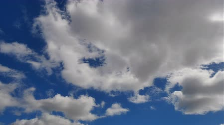 meteorologia : Time lapse 4K vdo of Altostratus or Stratocumulus or Stratus clouds and blue sky.
