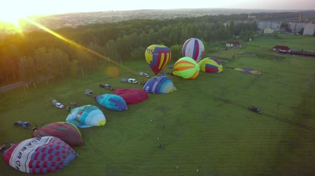 vzducholoď : BELGOROD - AUG 4: Balloons fly in the sky with passengers over the green field, on Aug 4, 2018 in Belgorod, Russia