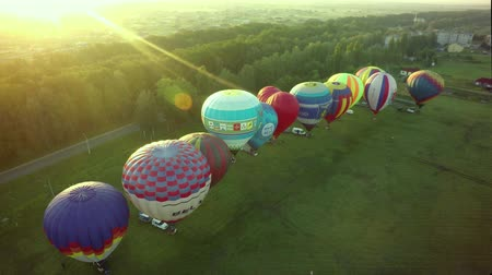 balão : BELGOROD - AUG 4: Balloons fly in the sky with passengers over the green field, on Aug 4, 2018 in Belgorod, Russia