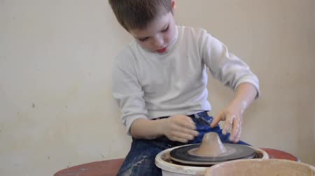 ceramika : elementary 7-8 years old children modeling clay on pottery wheels Wideo
