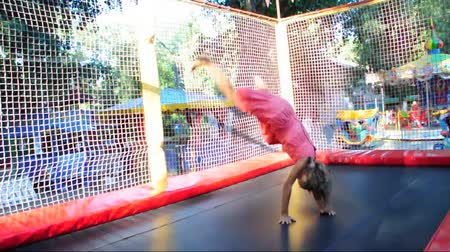 salto : children jumping on trampoline Stock Footage