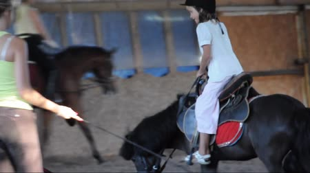 poník : Child riding a pony